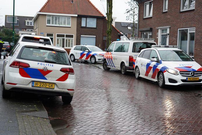Veel politie bij de hennepkwekerij in Rijen.