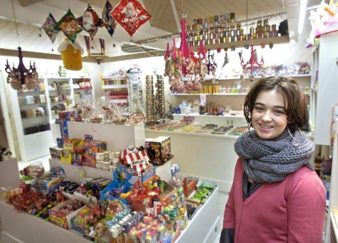 """Christy van Moorsel in haar snoepwinkel: """"Het is hard werken, maar een groot succes en machtig leuk om te doen.""""foto René Manders."""