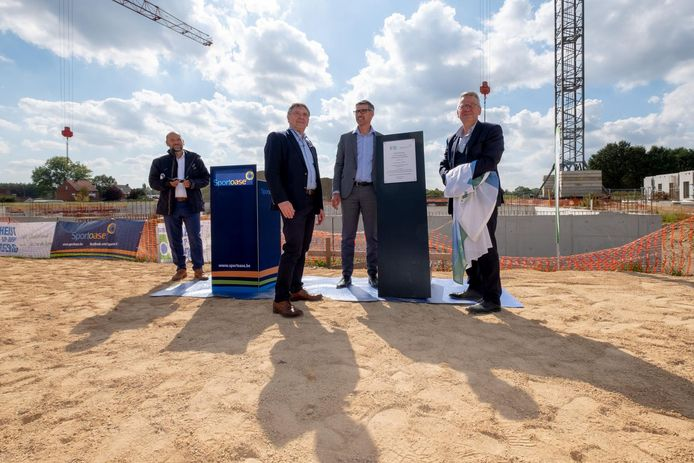 De inhuldigingsplaat van het nieuwe zwemcomplex wordt officieel voorgesteld.