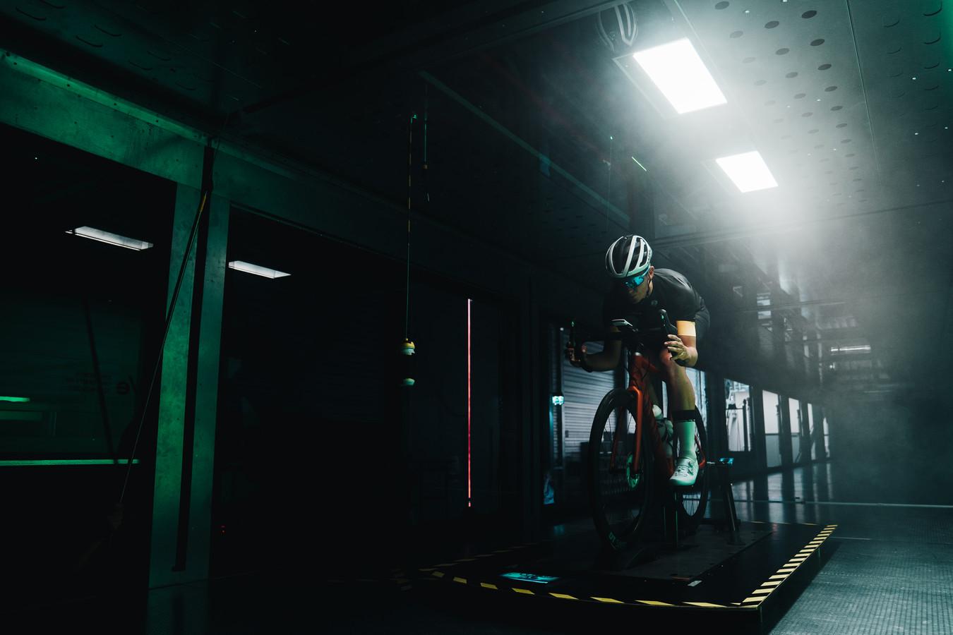 In de windtunnel van de TU in Eindhoven kan worden getest wat de beste houding op de fiets is.