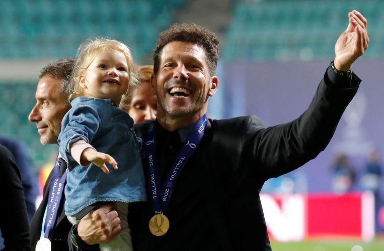 Diego 'El Cholo' Simeone viert met dochtertje.