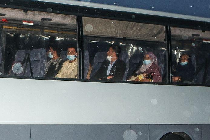 De eerste geëvacueerde Belgen zijn inmiddels aangekomen in de militaire kazerne in Peutie.