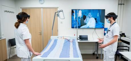 Hologram Harry hijgt en hoest als een échte coronapatiënt om lessen te leren in het ziekenhuis