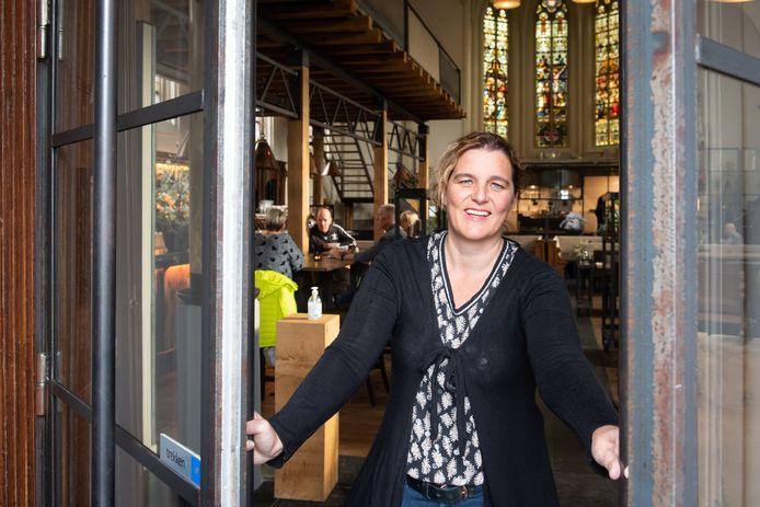 Dieuwke Stellinga mag nog eenmaal de deuren van restaurant Onze Kerk openen voor haar gasten voordat de horeca weer op slot gaat.