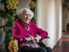 Horen, zien en lopen gaat moeilijk, maar over vroeger maak je de 100-jarige Betsie uit Oldenzaal niets wijs