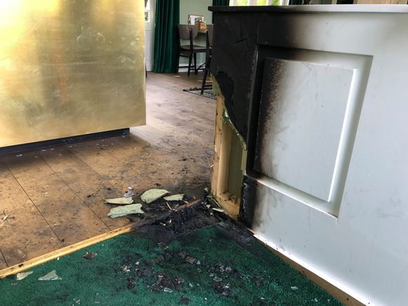De politie gaat uit van brandstichting. Aan Grand Café Den Brandt werd een explosief gevonden.