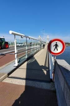 Eenrichtingsverkeer voor voetgangers op Kamper stadsbrug nog niet van de baan