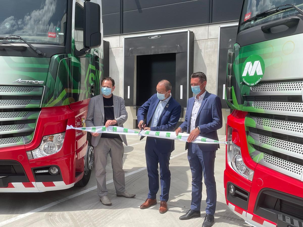 Gunther Gielen (CEO van Intervest Offices & Warehouses), burgemeester van Genk Wim Dries (CD&V) en Raf Hustinx (managing director van Eddie Stobart Logistics Europe) bij de officiële inhuldiging.