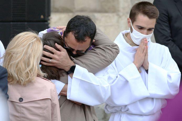 Hevige emoties bij de nabestaanden tijdens de begrafenisplechtigheid