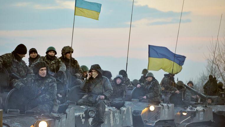 Oekraïense troepen rijden op tanks richting Slovjansk. Beeld Kommersant via Getty Images
