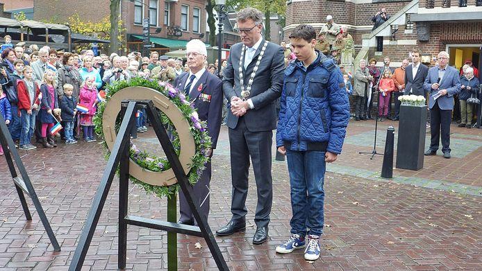 Burgemeester Hans Janssen (midden) van Oisterwijk herdenkt met de oude en jonge generatie de bevrijding van de Duitse bezetters.