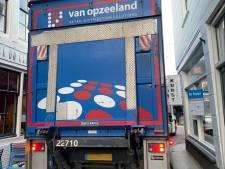En wéér gaat het mis op de Melkmarkt in Zierikzee:  Vrachtwagen met aanhanger rijdt zich klem