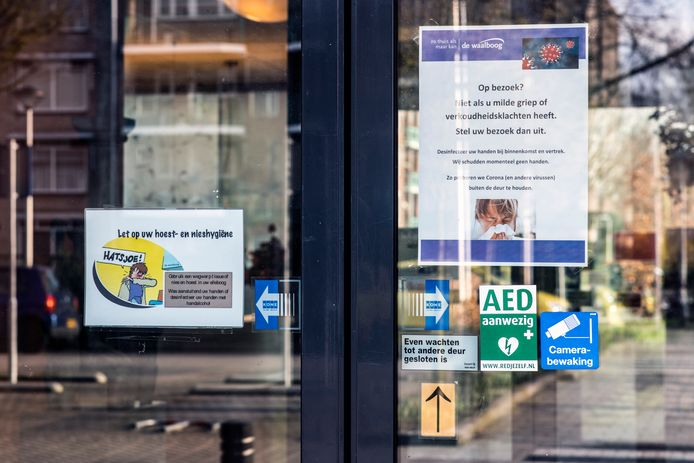 Briefjes op de voordeur van Honinghoeve van Waalboog.