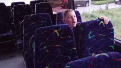 """Warre zit elke dag 4 uur op de bus om naar school te kunnen, mama trekt aan alarmbel: """"Dit wordt elk jaar erger"""""""