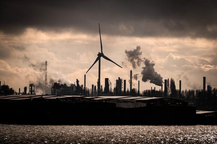 Een windmolen met op de achtergrond de haven van Antwerpen.