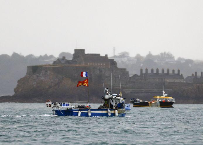 Franse vissersboten protesteren aan de haven van Saint Helier op Jersey. Archiefbeeld.