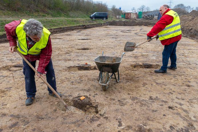 Vrijwilligers Jacques van der Sommen (l) uit Tilburg en Wim van Klaveren uit Loon op Zand zijn bezig met opgravingen aan de Enschotsebaan in Berkel-Enschot.