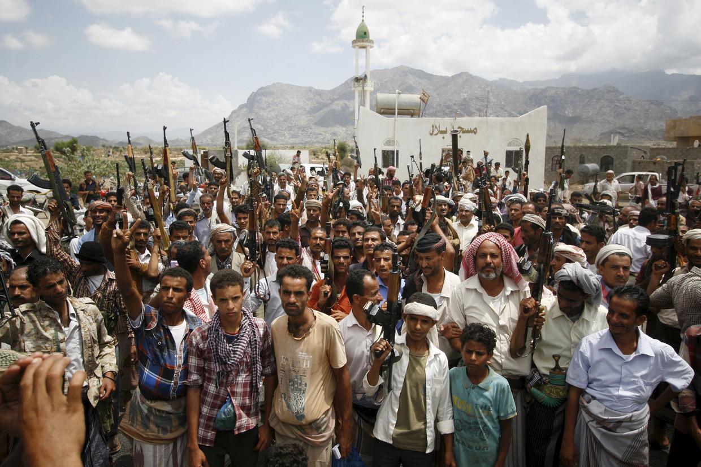 Een gewapende groep toont zijn steun voor de strijders tegen de Houthi-rebellen. Beeld REUTERS