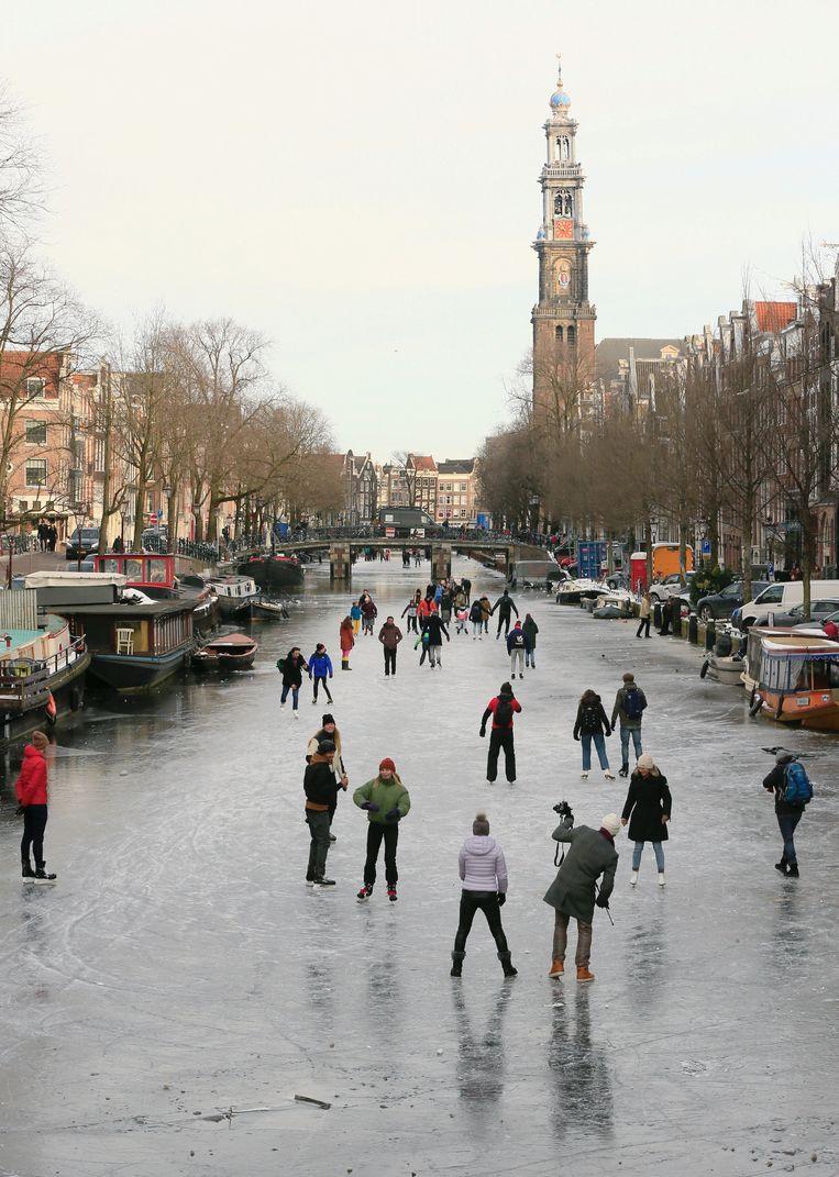 Schaatsers op de Prinsengracht. Beeld REUTERS