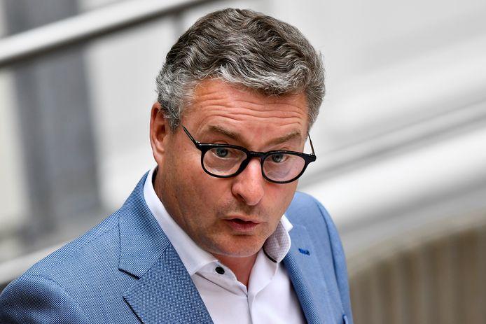 Minister van Landbouw Koen Van den Heuvel kondigt extra maatregelen aan voor de fruittelers.