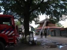 Rieten dak vat vlam op camping in Holten, vuur onder controle