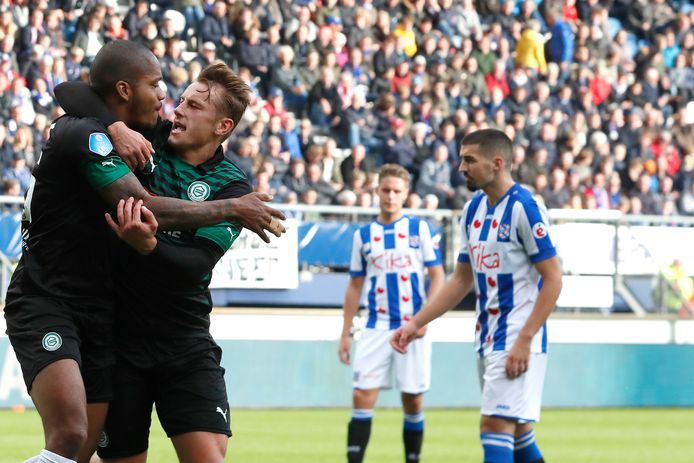 FC Groningen-spits Charlison Benschop viert met Kaj Sierhuis de gelijkmaker op bezoek bij SC Heerenveen.