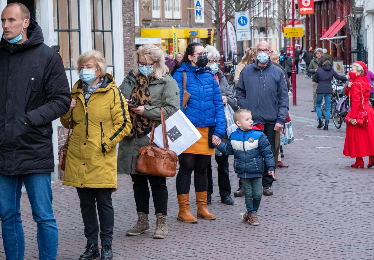Winkelend publiek in Middelburg. Mét mondkapje.