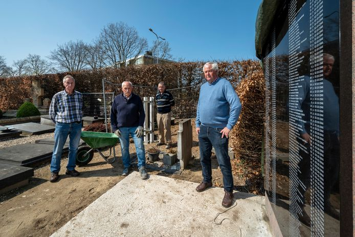 Henk Eerden (rechts) met een groep vrijwilligers bij het marmeren namenmonument op Gedenkpark Huissen. Foto: Gerard Burgers.