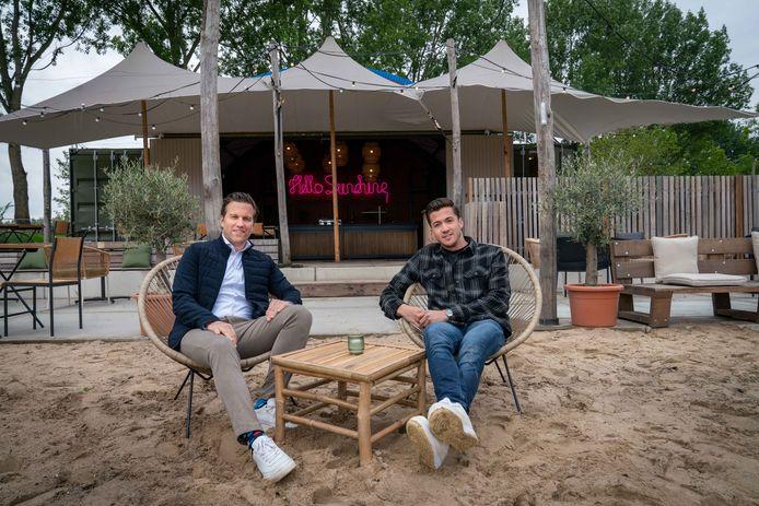 Thijs Leenders (rechts) met zijn compagnon Sietze Braam op Strand Anders.  Foto: Erik van 't Hullenaar.