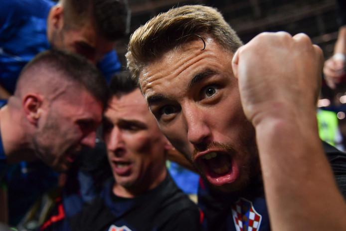 Yuri Cortez heeft de Kroaat Josip Pivaric van dichtbij op de foto.