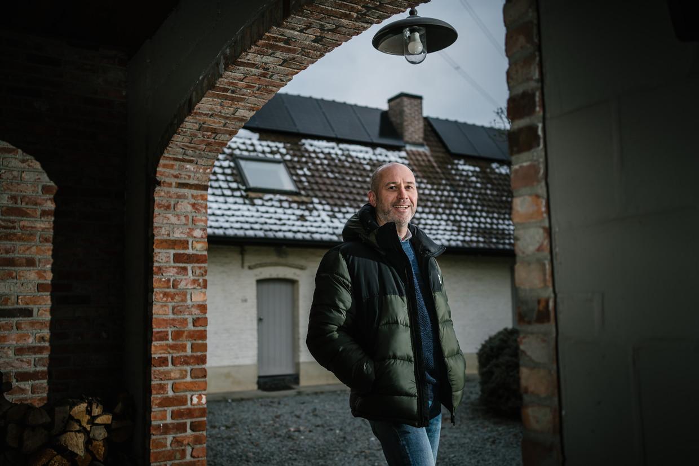 Vincent Vandenameele bij zijn zonnepanelen. Beeld Wouter Van Vooren