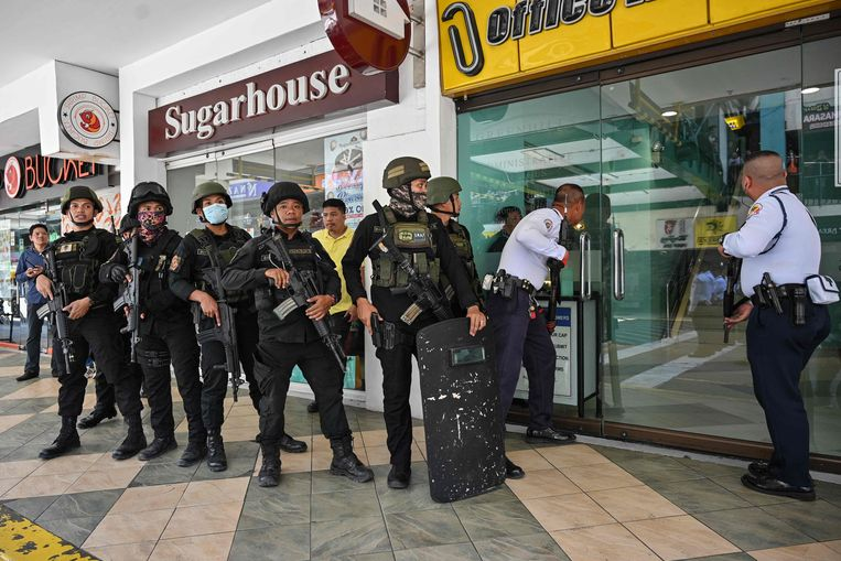 Politieagenten bereiden zich voor om een winkel te betreden waar dertig mensen gegijzeld worden. Beeld AFP