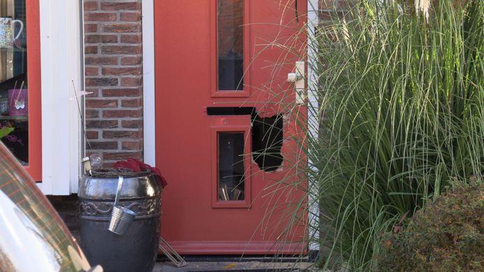 Bij de woninginval in Gendringen werd de voordeur geforceerd.