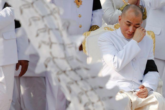 De Cambodjaanse koning Norodom Sihamoni in tranen.