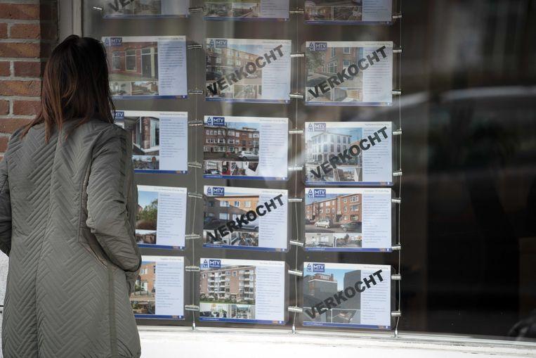 Een makelaarskantoor in Den Haag. De krapte op de huizenmarkt neemt toe, de prijzen blijven stijgen. Beeld ANP