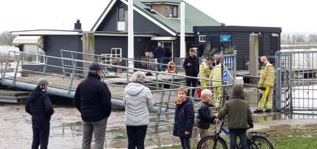Vrouw ziet eigen hond verdrinken in hoge water van IJssel: 'Hij ging meteen kopje onder'