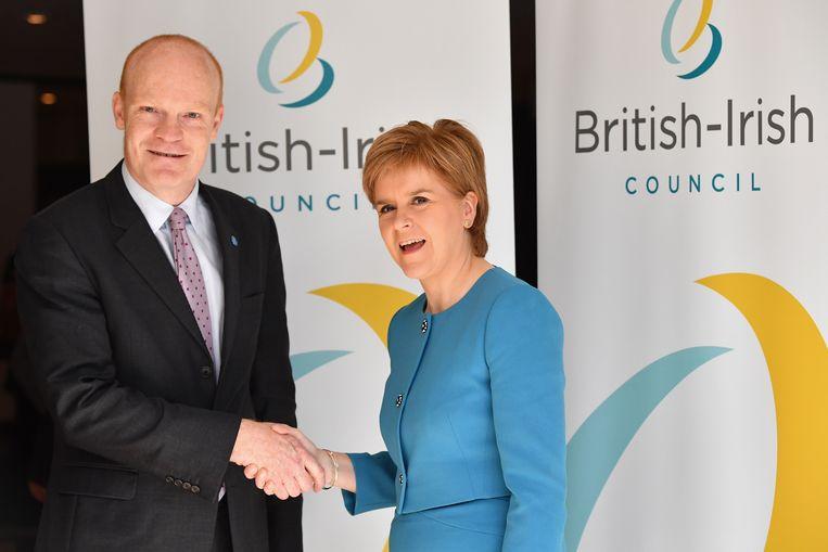 Gavin St Pier van Guernsey met Schots premier Nicola Sturgeon. Beeld Photoshot