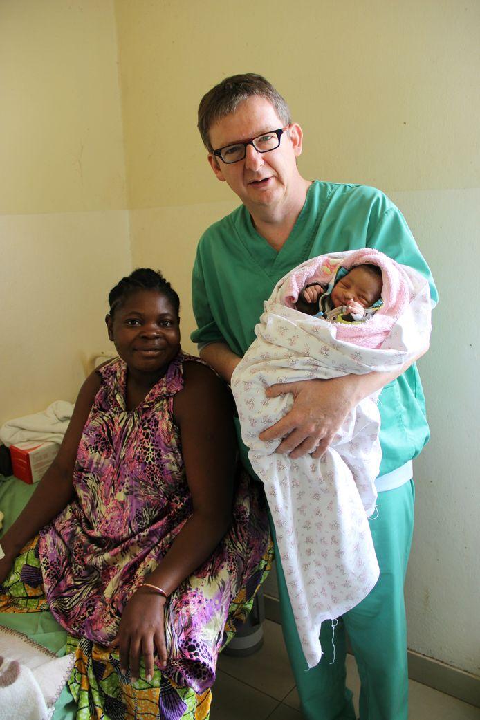"""Aalstenaar Guy Verhulst probeert de omstandigheden te verbeteren waarin vrouwen moeten bevallen in Congo. """"Op dit moment zijn we bezig met de bouw van een gloednieuwe kraamafdeling met verloskamer in het Mukongolaziekenhuis."""""""
