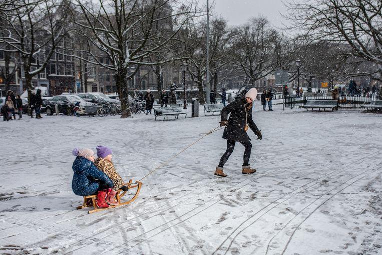 Eerste sneeuwpret op het Amstelveld zaterdagmiddag. Beeld Nosh Neneh