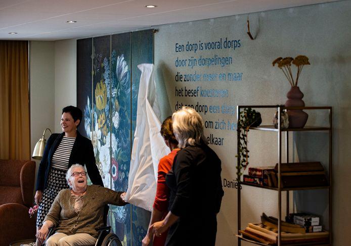 Nelly Swinkels onthult het gedicht van Wim Daniëls.