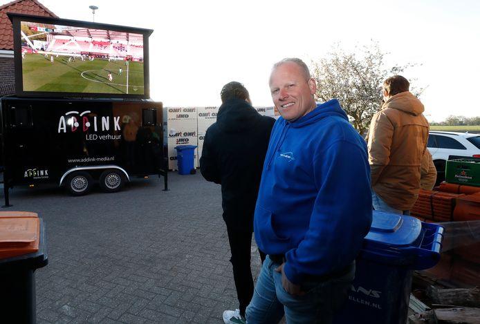 Rutger van Lier bekijkt de wedstrijd van De Graafschap.