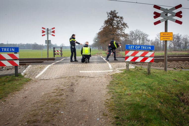 Een team van de verkeersongevallenanalyse van de politie doet onderzoek bij de overgang in het Twentse Zenderen. Beeld Herman Engbers