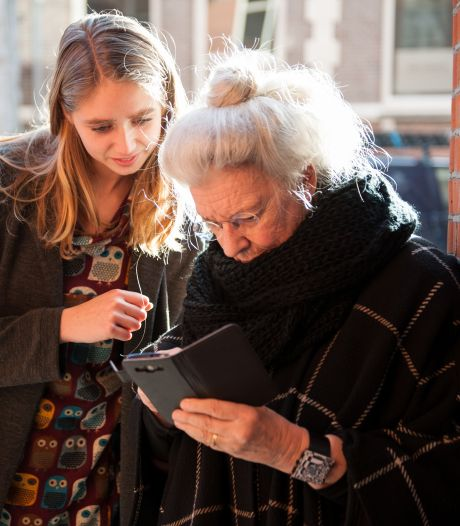 Ouderen worstelen met coronapas: 'Heb geen mobiele telefoon, hoe kom ik aan een QR-code?'
