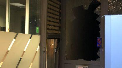 Bankdirecteur door glazen voordeur geduwd bij mislukte overval op Argenta in Berchem