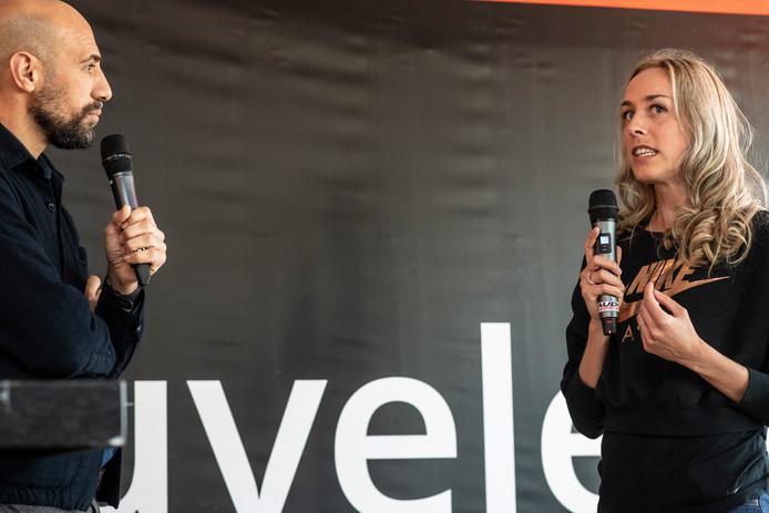 Susan Krumins (r) geeft uitleg, tijdens de persconferentie voor de Zevenheuvelenloop, in november vorig jaar. Links schrijver Abdelkader Benali.