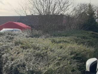 Vrachtwagen rijdt vrouw aan op parking van supermarkt: slachtoffer (73) overleden