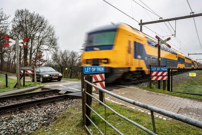 Wandelaars, boeren en hulpverleners kunnen gebruik blijven maken van de spoorwegovergang aan de Oude Allee in Olst.