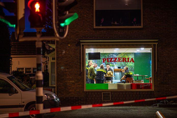 De politie na het incident in de pizzeria in Elburg