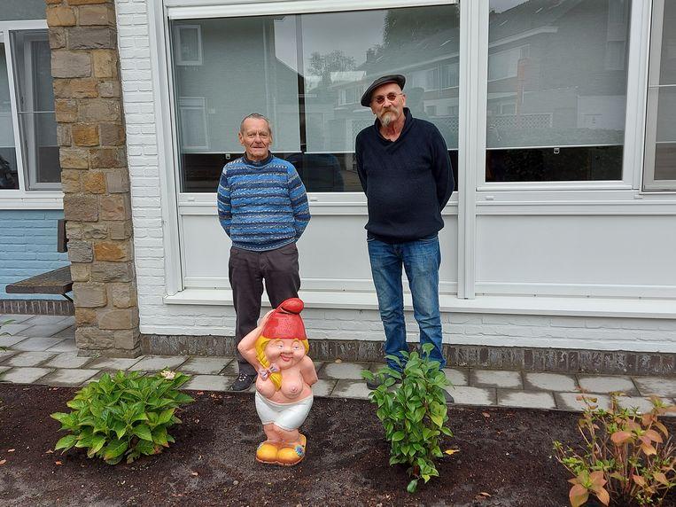 Louis Poels (86) met buurman van wie hij blote Betty cadeau kreeg. Beeld Liese Demeulenaere