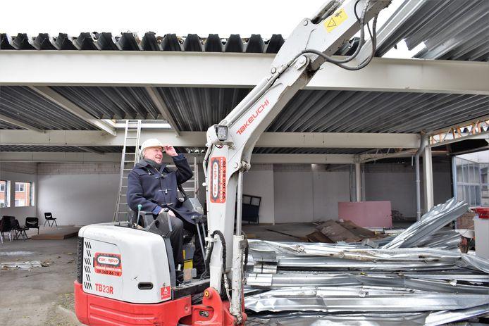 Burgemeester Hans Bonte in volle actie bij de afbraak van het voormalige 'Free Time'-gebouw.